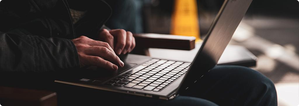 4 škodlivé návyky, kterých se můžete zbavit investováním do powerbanky notebooku